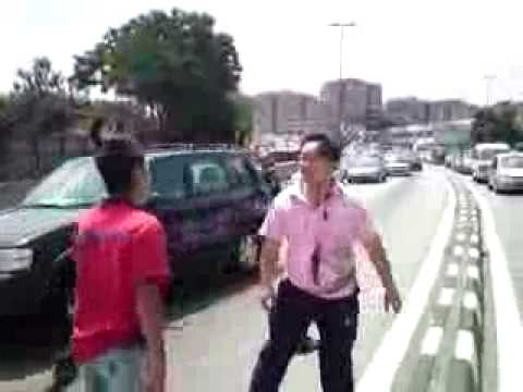 RAW: Drivers Fight after Car Accident